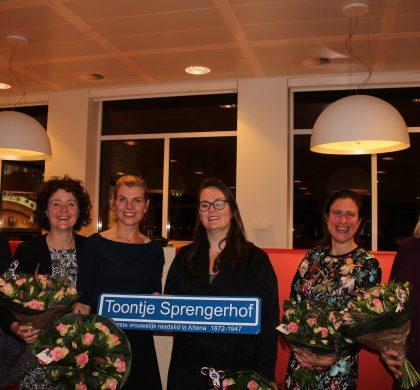 Vrouwen in debat in Xinix tijdens Internationale Vrouwendag