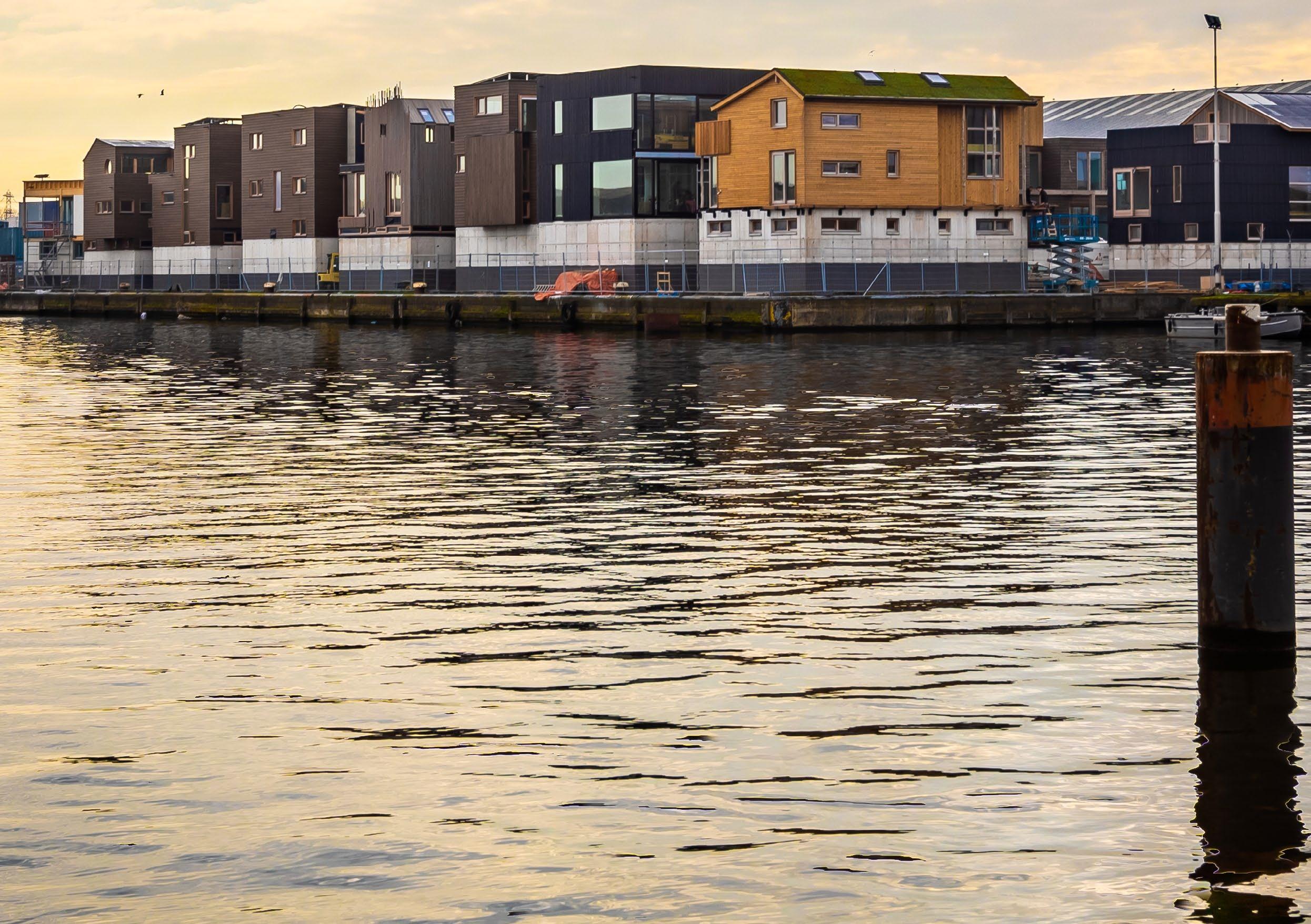Hoe laat je een drijvende woning te water?